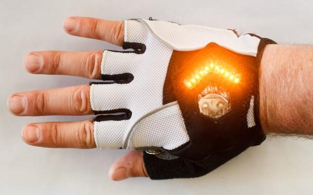 A Luva de ciclismo possui LEDs em formato de seta que ficam na parte traseira da mão.