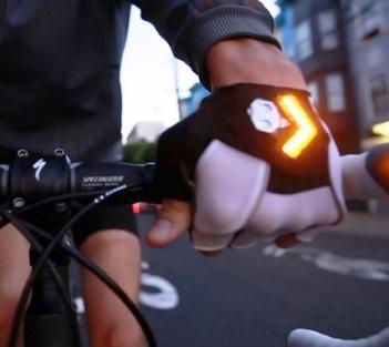 Quando o ciclista quer sinalizar a intenção de realizar uma manobra, basta acionar as luzes com um toque do polegar