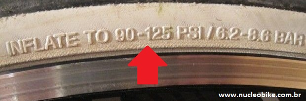 Na lateral do pneu também existem informações sobre a pressão minima e máxima permitida para o pneu